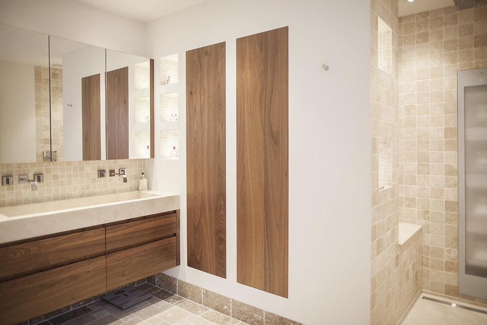 Badkamer Met Marmer : Badkamer in notenhout en marmer wood creations