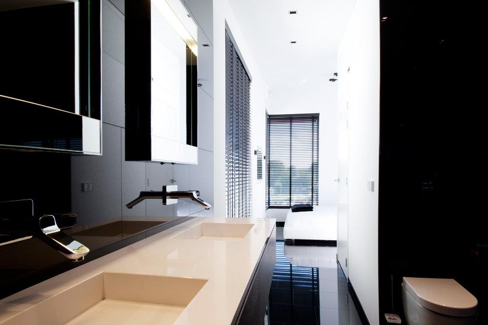 Badkamer modern zwart wit met warm hout wood creations